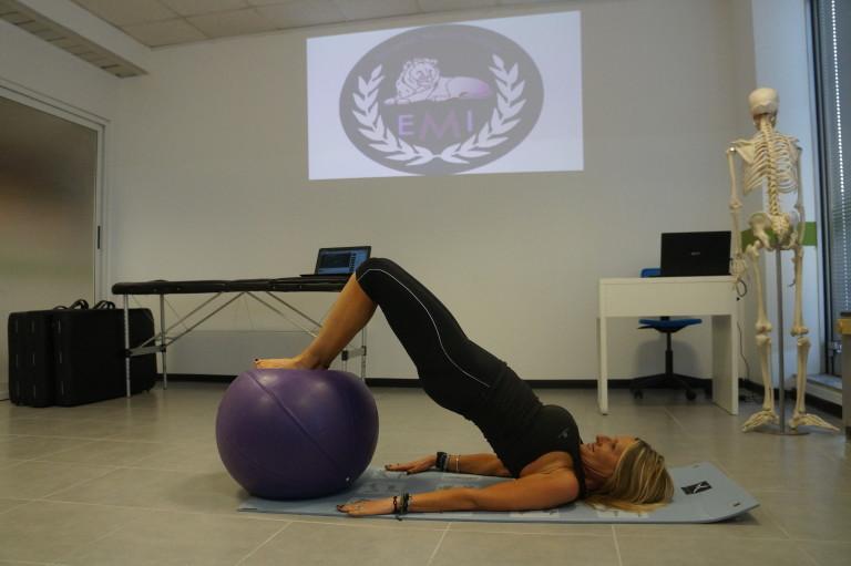 esercizio catena posteriore + fitball 3